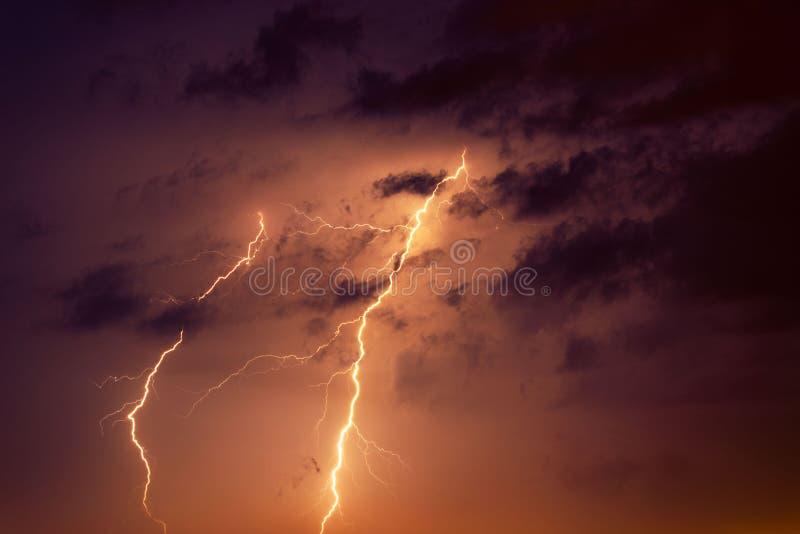 反对雷云的背景的雷电 免版税库存图片