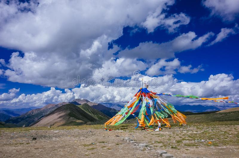 反对青海山和风景的西藏祷告旗子, 库存图片