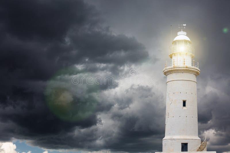 反对风雨如磐的天空的灯塔 免版税库存照片