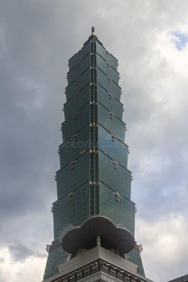 反对风雨如磐的天空的著名台北101 免版税库存图片