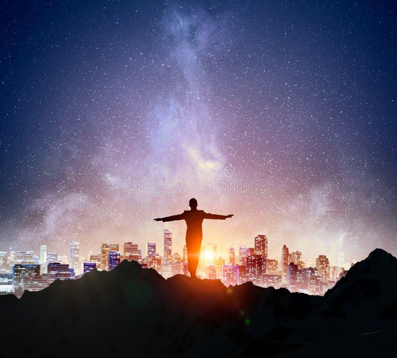 反对满天星斗的天空的商人 混合画法 图库摄影