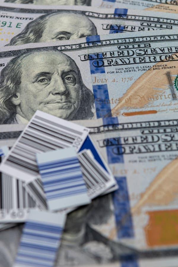 反对$100张票据背景影像的UPC代码 库存图片