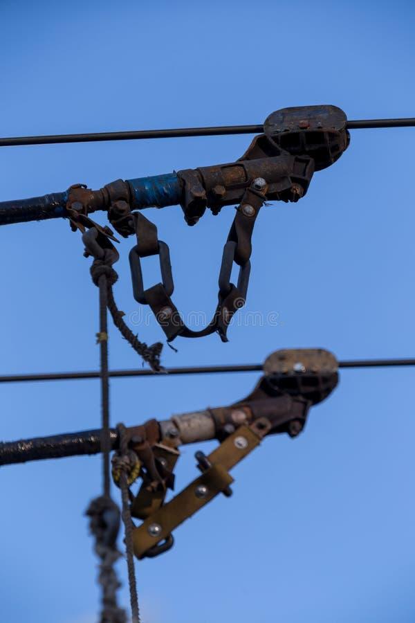 反对4月蓝色春天天空的电无轨电车收藏家特写镜头 输电线架线网络 公共交通工具 图库摄影