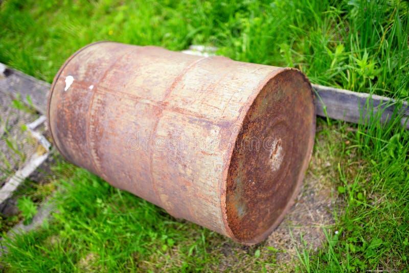 反对绿草的老生锈的桶 图库摄影
