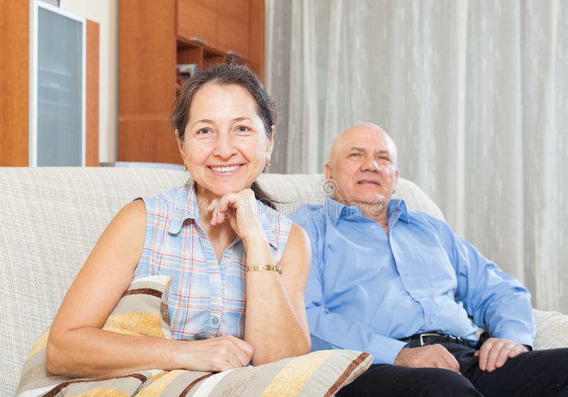 反对年长人的愉快的成熟妇女 免版税库存照片