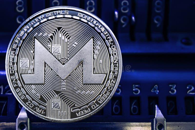 反对arithmometer的数字的硬币cryptocurrency XMR 免版税图库摄影