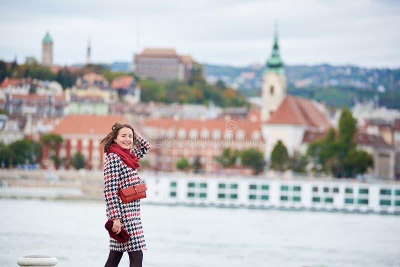 反对Buda边被弄脏的看法的特写镜头女孩在布达佩斯 库存照片