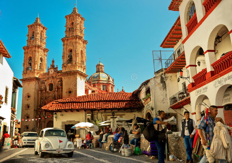 反对Taxco,墨西哥大教堂的微型出租汽车  免版税库存照片