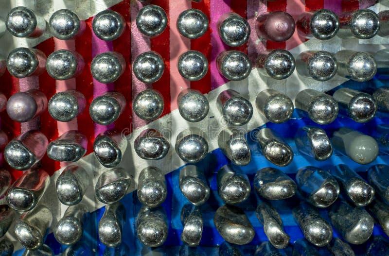反射五颜六色的背景的空的笑气罐 这些金属圆筒包含氧化亚氮/笑气 库存图片