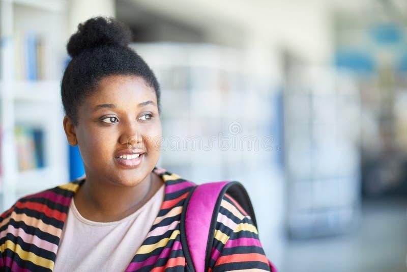 反射关于未来的微笑的非洲学生 免版税库存照片
