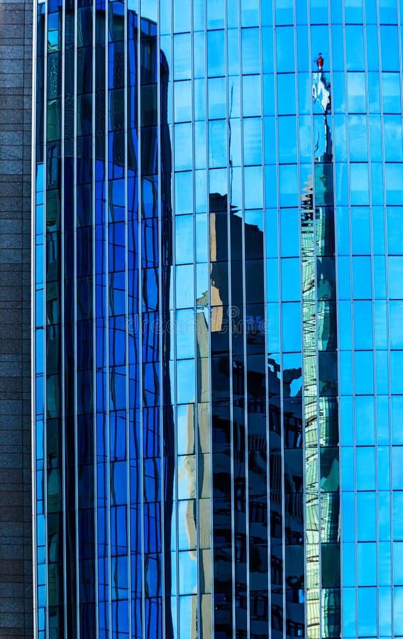 反射和反反射在摩天大楼在美因河畔奥芬巴赫,德国 免版税图库摄影