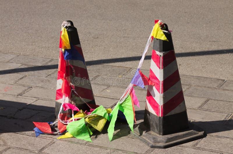 反射器与色的旗子的交通锥体在街道上 免版税库存图片