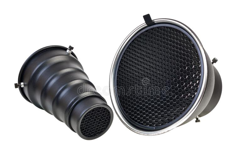反射器和snut与蜂窝栅格辅助部件在白色背景和闪光的隔绝的演播室闪光灯 免版税库存照片