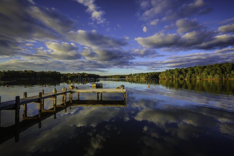 反射在一个镇静湖的美好的南部的日落 免版税图库摄影