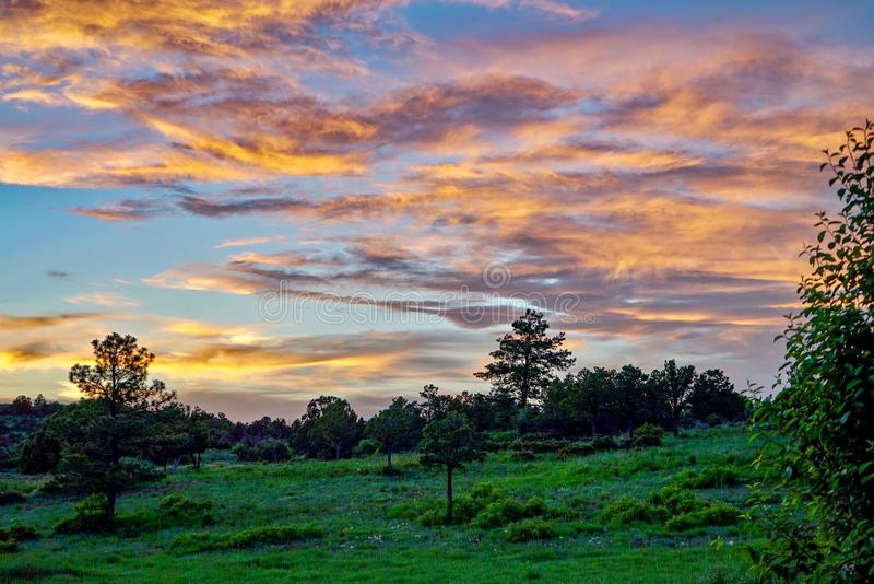 反射在云彩的美好的科罗拉多日落 免版税库存图片