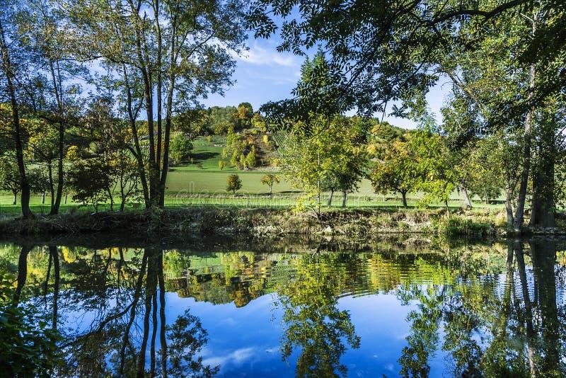 反射在可爱的陶伯谷的河陶伯 库存图片