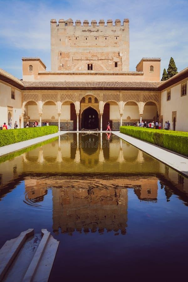 反射在大厦中水在阿尔罕布拉宫殿,西班牙 库存照片
