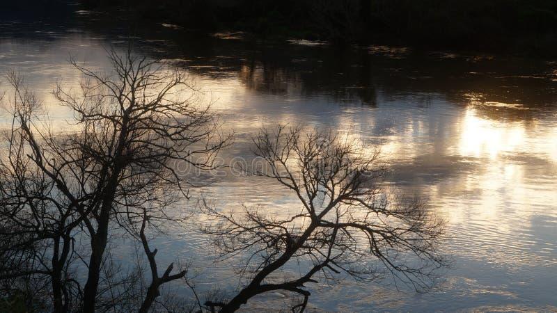 反射在怀卡托河的日落在Ngaruawahia 图库摄影