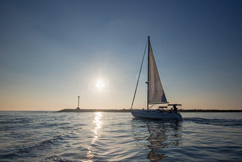 反射在水中的风船,它在奥克斯纳德加利福尼亚美国把海峡群岛港口留在 免版税库存图片