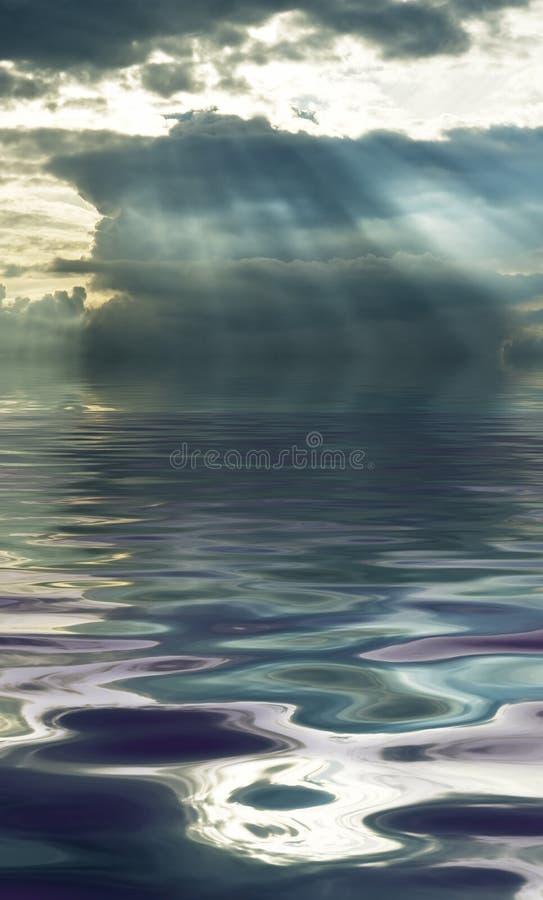 反射在水中的风雨如磐的云彩 库存照片