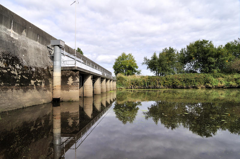 反射在水的桥梁 库存图片