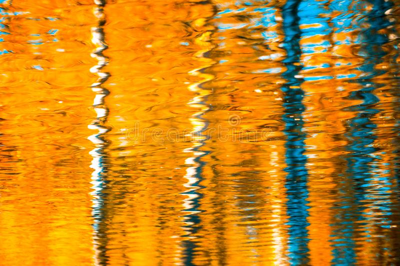 反射在水,抽象秋天背景中 免版税库存图片