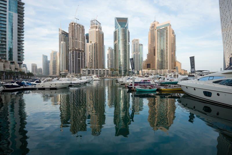反射在水,阿拉伯联合酋长国中的迪拜小游艇船坞摩天大楼 免版税图库摄影