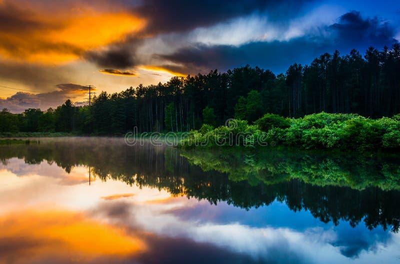 反射在池塘的日落天空在特拉华峡谷全国R 免版税库存照片