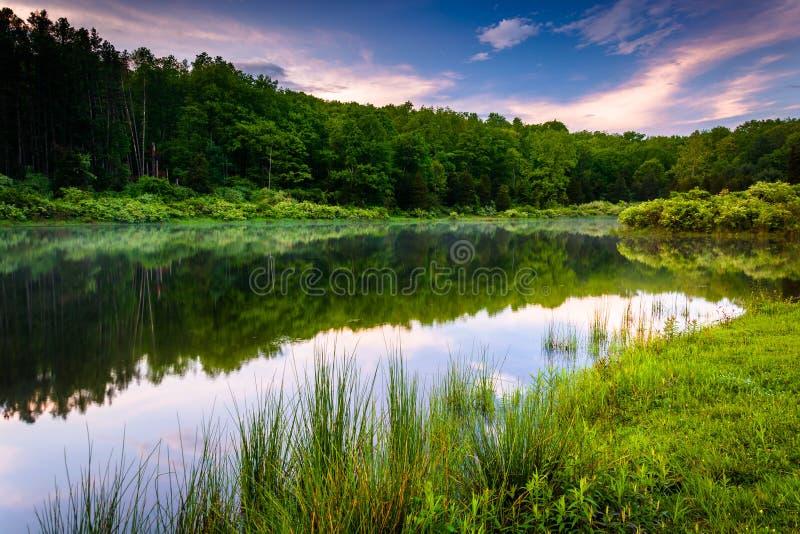 反射在池塘的日落天空在特拉华峡谷全国R 图库摄影