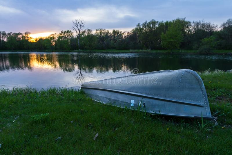 反射在池塘的日落 库存图片