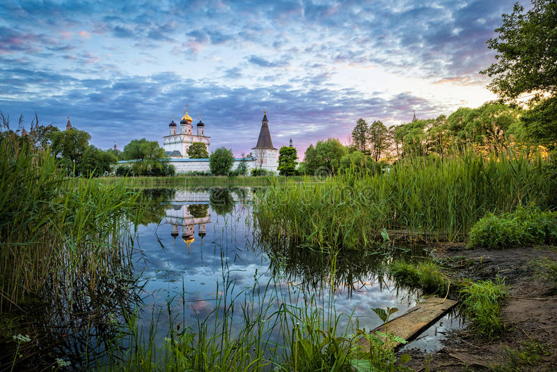 反射在池塘的约瑟夫Volokolamsk修道院 免版税库存照片