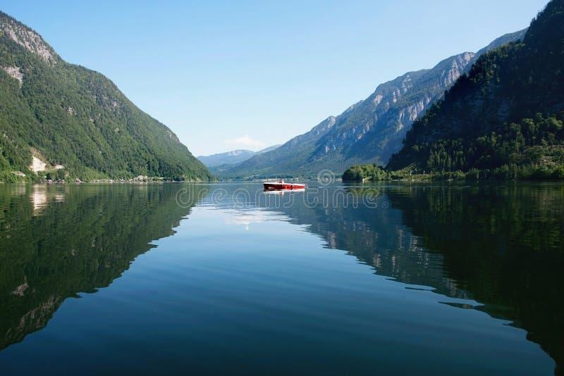 反射在河的山 库存照片