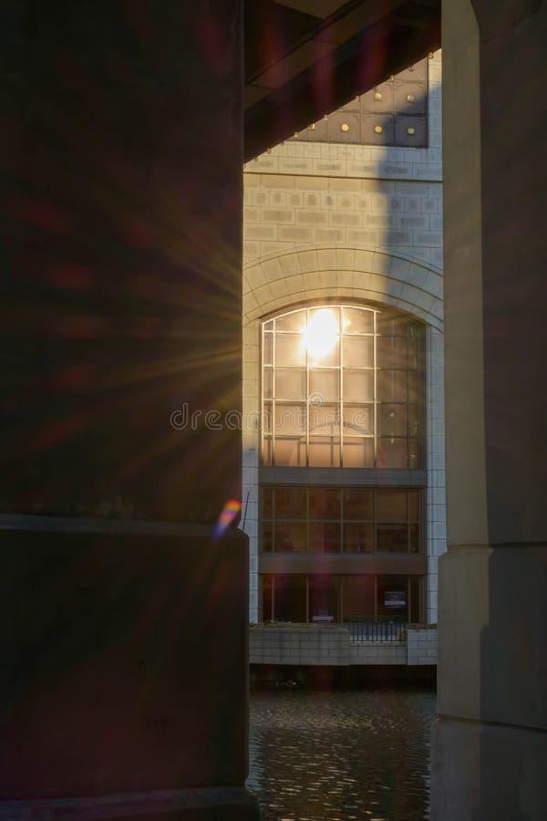 反射在河边区大厦的窗口的太阳 图库摄影