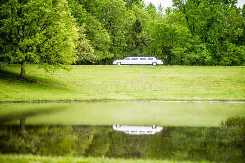 反射在湖的白色大型高级轿车 库存图片