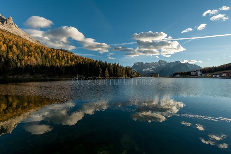 反射在湖表面的天空 免版税库存图片