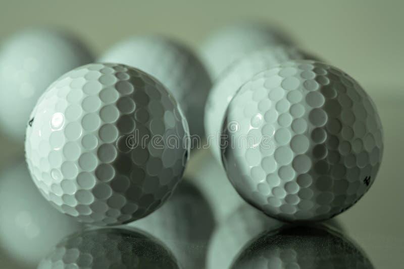 反射在玻璃板材的白色高尔夫球  免版税库存照片