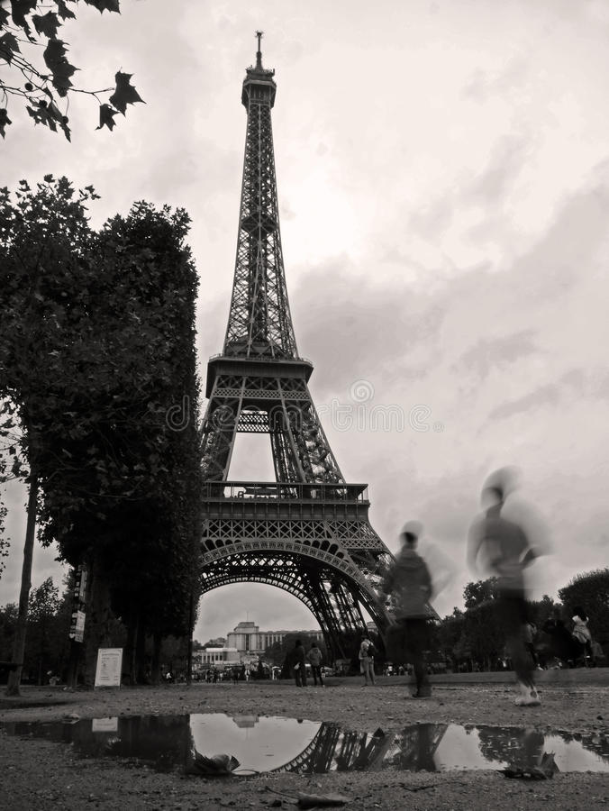 反射在艾菲尔铁塔的雨中 库存照片