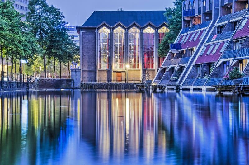 反射在蓝色小时的教会和住房 免版税图库摄影