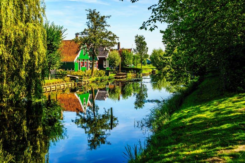 反射在运河的传统议院在Zaanse Schans历史的村庄  免版税库存照片