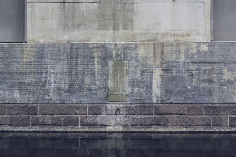 反射在水中的重的桥梁扶垛 免版税库存照片
