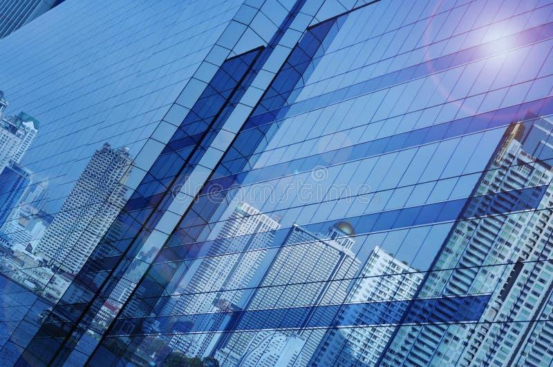 反射在玻璃窗塔,曼谷T的现代城市大厦 库存图片