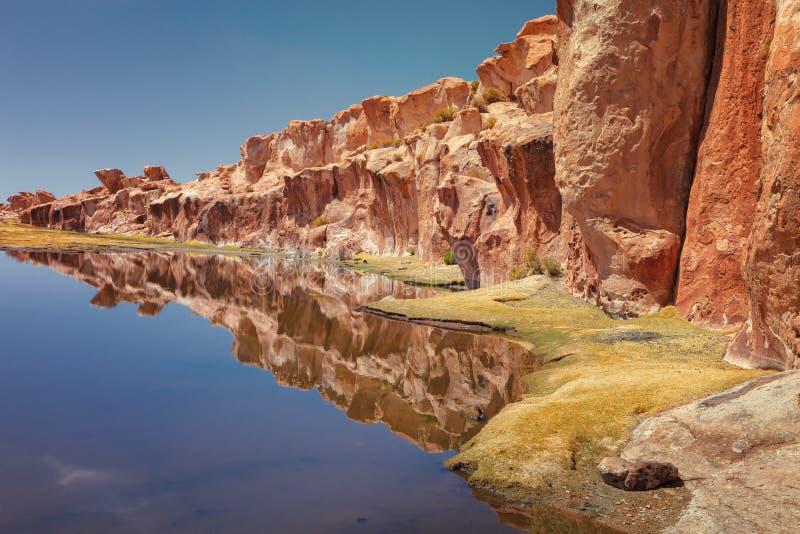 反射在黑盐水湖染黑湖,岩石的谷, n 图库摄影