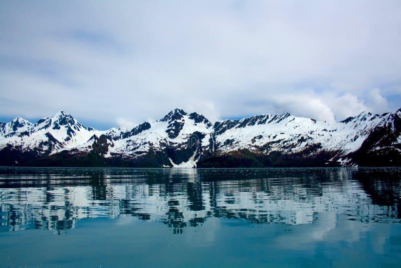 反射在水Seward阿拉斯加的山 库存图片