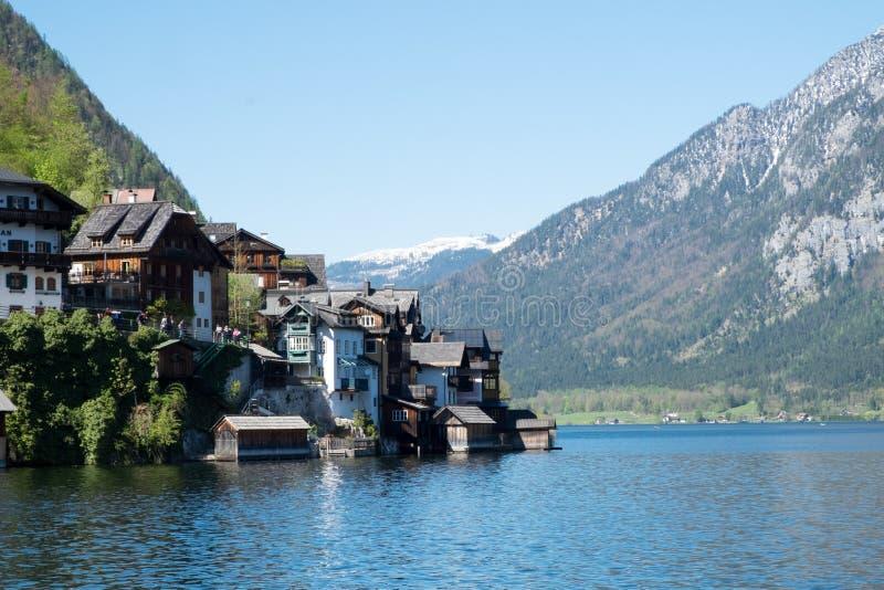 反射在Hallstattersee湖的著名Hallstatt村庄风景图片明信片视图在奥地利阿尔卑斯在美好的早晨 免版税库存图片