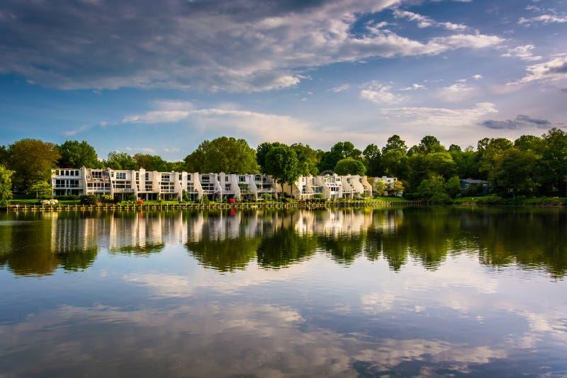 反射在Wilde湖的美丽的天空,在哥伦比亚,马里兰 免版税图库摄影