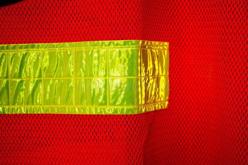 反射性橙色安全背心,在安全衣物的黄色外缘 库存图片