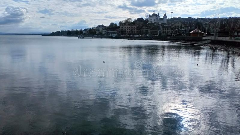 反射性湖风景视图在瑞士 图库摄影