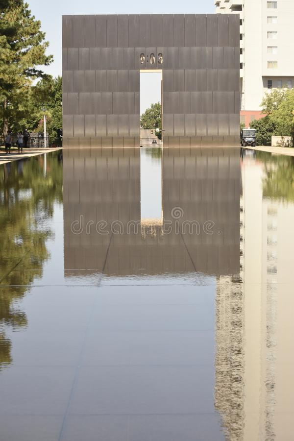 反射池塘和墙壁在奥克拉荷马市纪念品 免版税库存照片