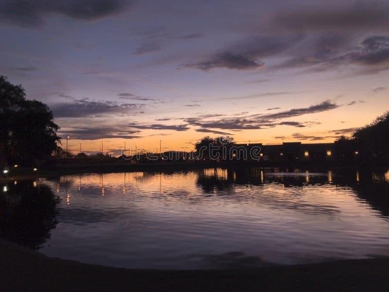 水反射的日落颜色 免版税库存图片