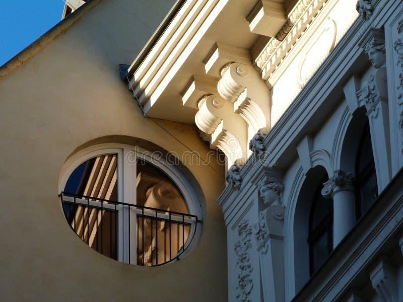 反射老大厦的圆现代窗口 免版税图库摄影
